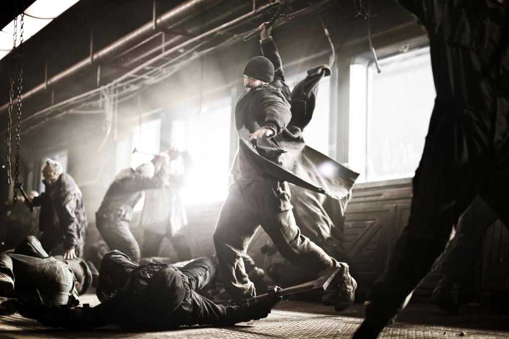"""Eine Revolution geht selten gewaltlos über die Bühne - im """"Snowpiercer"""" muss Chris Evans sich durchsetzen."""
