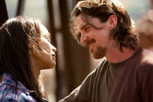 So eng zusammen und doch so weit auseinander. Russell (Christian Bale) und Lena (Zoë Saldaña)