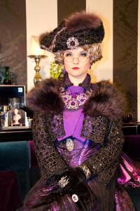 Die strenge Lady Violet. Schon beim Anblick unsympatisch, oder? © Hazy Hartlieb Entertainment GmbH