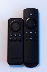 Die Fernbedienungen im Vergleich. Links vom FireTV Stick, rechts vom Fire TV mit Spracheingabe.
