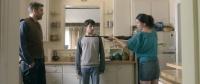 Mutter Cynthia (Krista Bridges) bedroht Vater Frank (Sebastian Schipper) - Familienzwist per excellence!