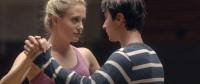 Miranda (Bea Santos) schafft es, sich an Mike (Alex Ozerov) anzunähern.