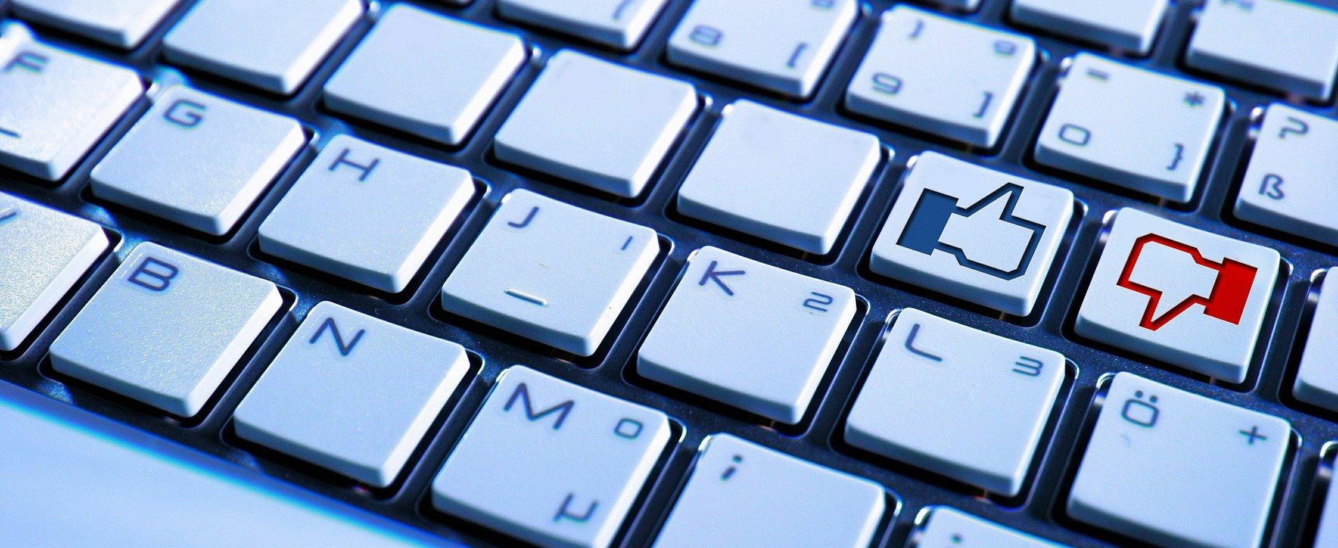 Tastatur mit Facebook-Daumen