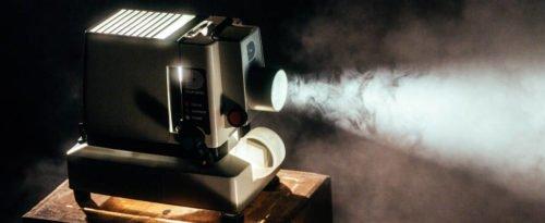 Ein Projektor, der in den Nebel strahlt