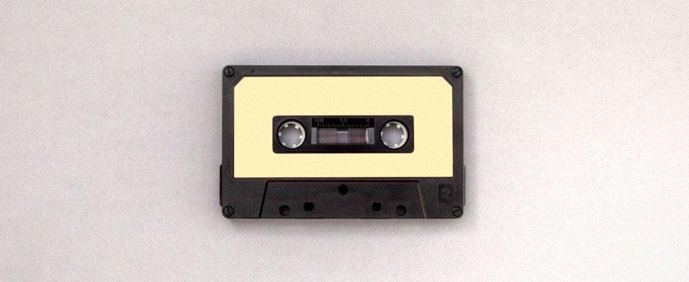Eine Kassette auf weißem Grund