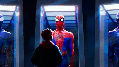 Miles blickt auf den Spider-Man-Anzug, der ausgestellt wird.