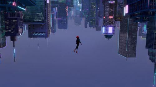 Miles schwebt als Spider-Man in der Luft über New York