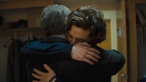 Vater und Sohn umarmen sich innig.