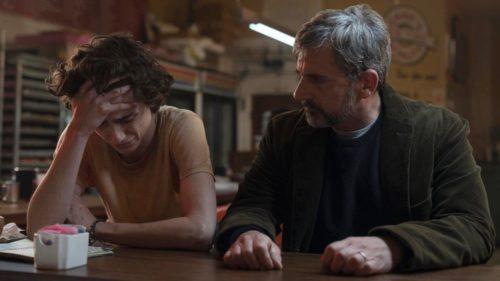 Vater Jack schaut mitleidig auf Nic, der angesichts seiner Drogensucht in  Tränen ausgebrochen ist