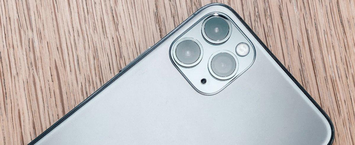 iPhone Pro 11 liegt auf dem Tisch
