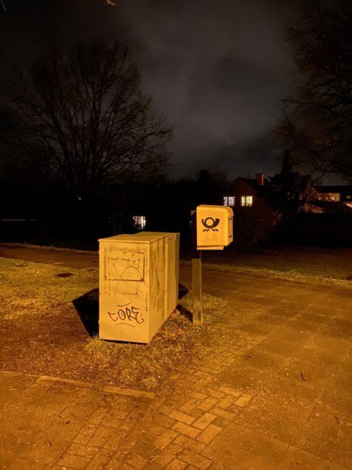 Gleichmäßig ausgeleuchtete Szenerie, Briefkasten, Vordergrund und Hintergrund erscheinen aus einem Guss