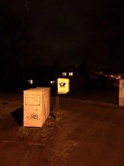 Briefkasten in Dunkelheit, Kasten überbelichtet