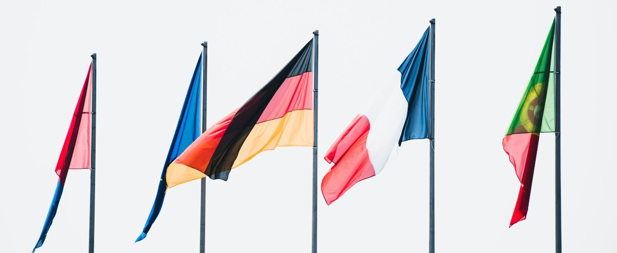 Fünf Flaggen im Wind