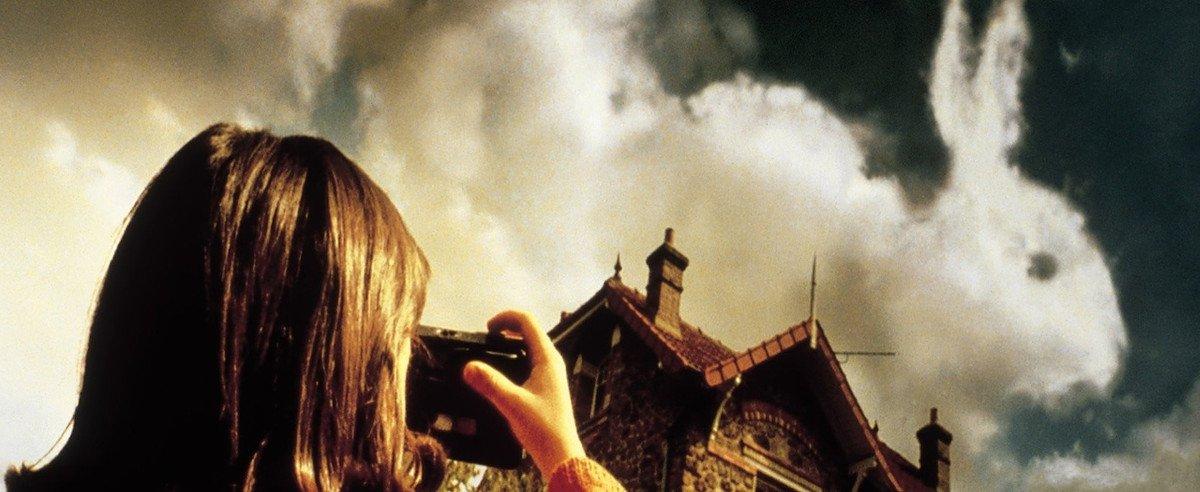 Ein Mädchen fotografiert eine Wolke, die wie ein Hase aussieht - Szenenbild aus Film Die Fabelhafte Welt der Amelie