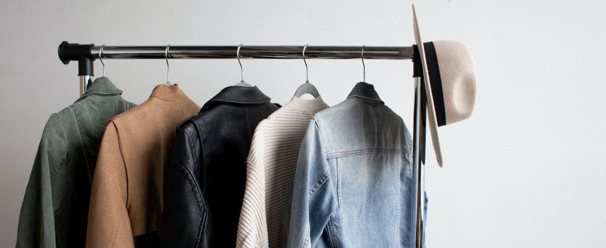 Kleiderständer mit Hemden auf Bügeln