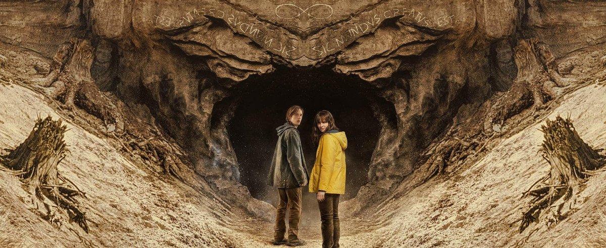Zwei Jugendliche vor einer Höhle - Szenenbild aus Serie Dark