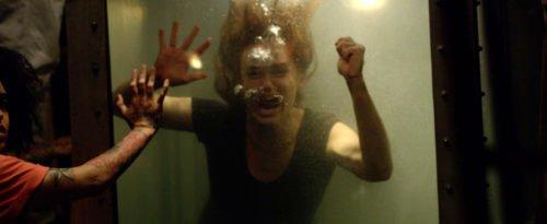Frau ist im Wasserbassin eingesperrt und droht zu ertrinken