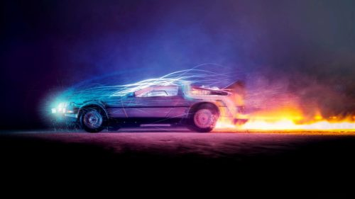 Der DeLorean in bunten Farben, mit brennender Spur und Blitzen, kurz bevor er durch die Zeit reist