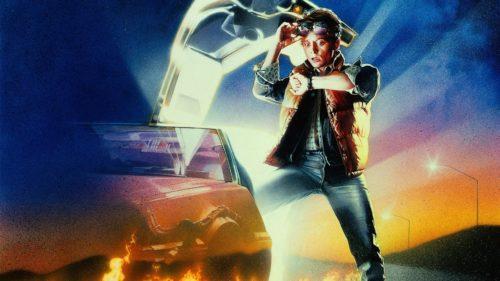 Marty McFly, wie er vor dem DeLorean überrascht auf die Armbanduhr schaut