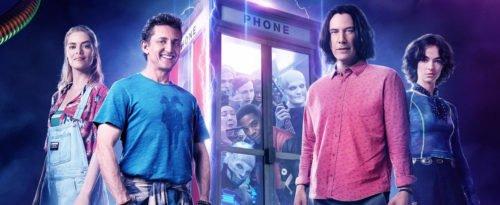 Bill und Ted stehen vor der ikonischen Telefonzelle, in der viele Fantasiekreaturen auf sie warten