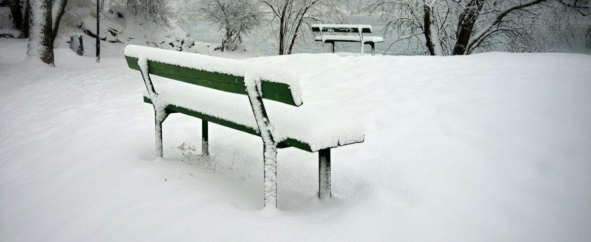 Eine Sitzbank mitten im Schnee