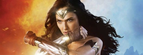 Wonder Woman kreuzt die Arme, um sich zu schützen