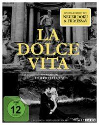 Cover des Films La Dolce Vita: Die Hauptdarstellenden Marcello Mastroianni und Anita Ekberg befinden sich im römischen Trevibrunnen und küssen sich.