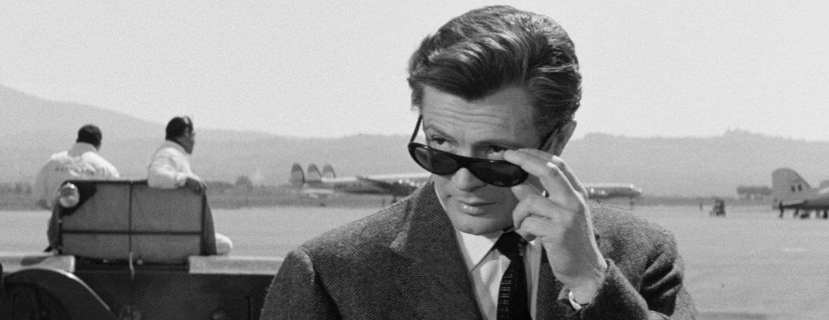 Hauptdarsteller Marcello Mastroianni zieht die Sonnenbrille etwas herunter und schaut über die Ränder